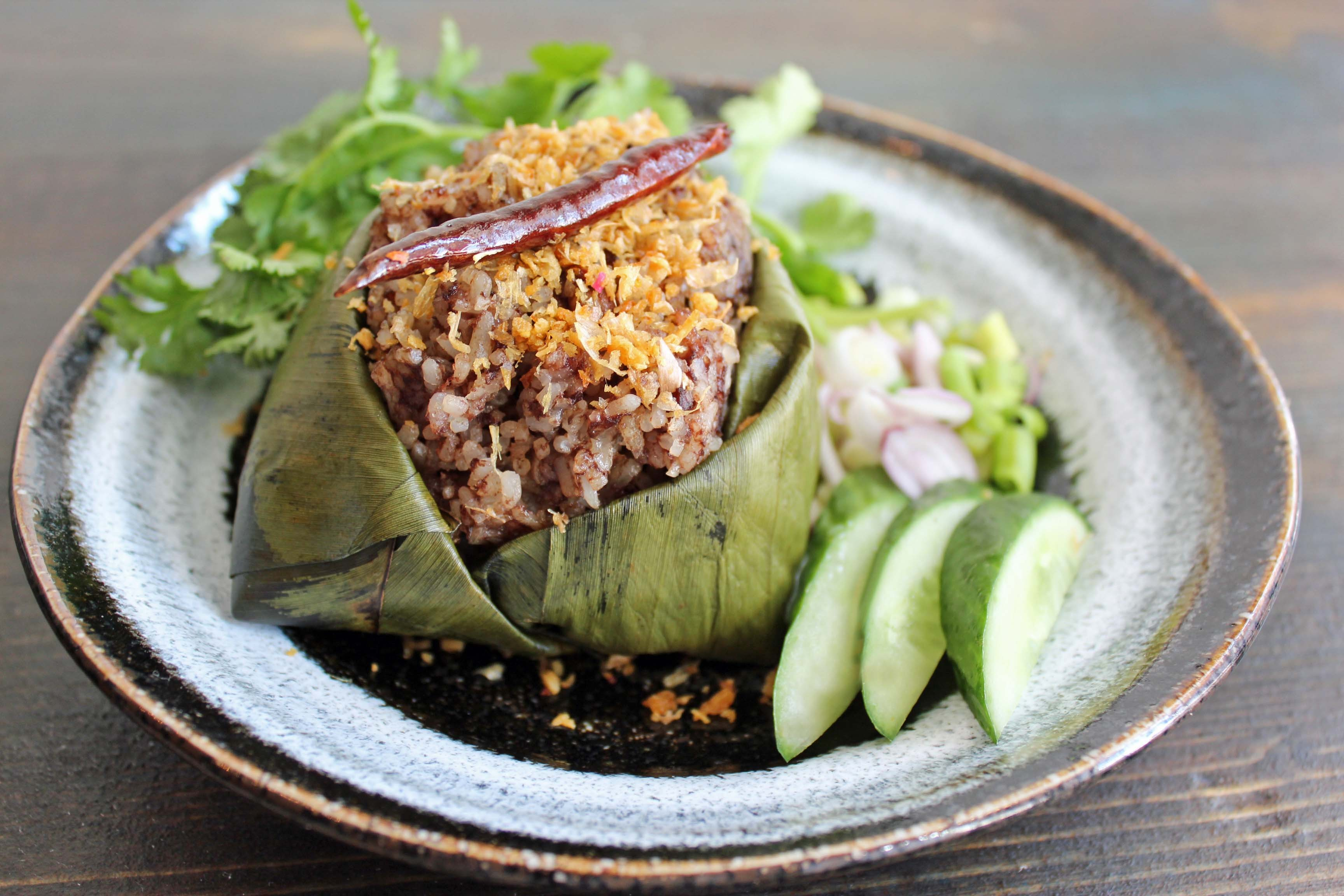 Kao kan jin: Thai blood sausage and rice in banana leaves