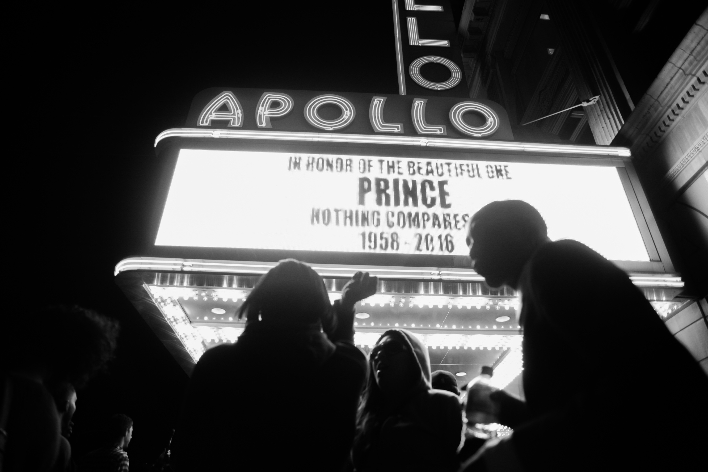 A crowd gathered Thursday night at the Apollo Theater in Harlem to mourn Prince's passing.