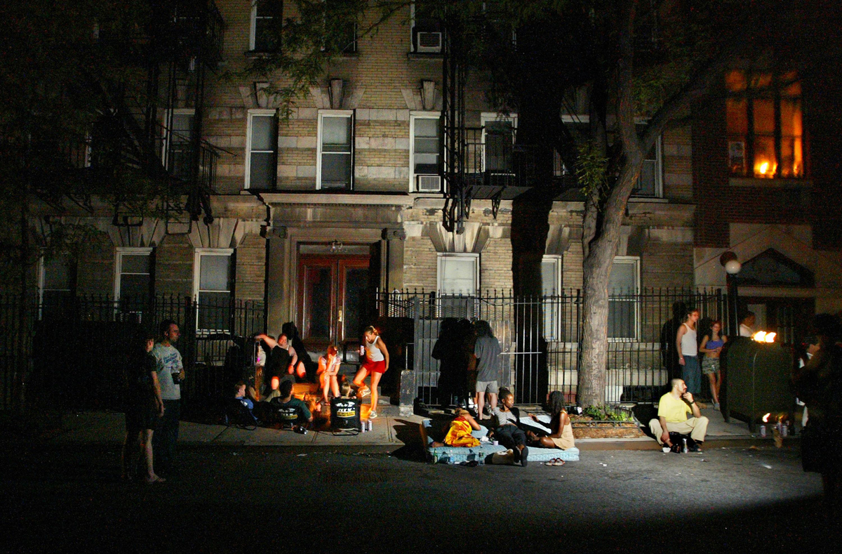 (NYT104) NEW YORK -- Dec. 27, 2003 -- YEAR-IN-PICTURES-4 -- During the East Coast blackout on Aug. 14, 2003, the sidewalks of Manhattan became campsites. Some slept, some talked, some danced.